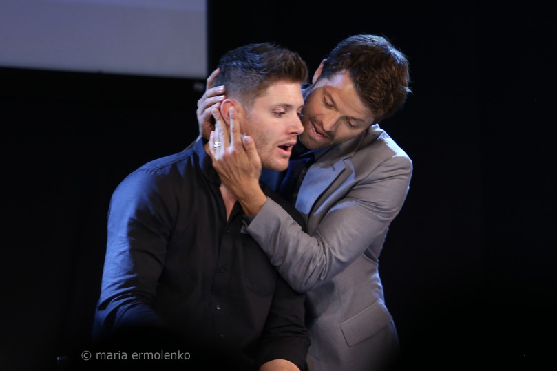 一上台就偷親 Jensen 臉頰的 Misha,好可愛啊他!(source: https://www.flickr.com/photos/on-your-eyelids/sets/72157644821730735/page2/)