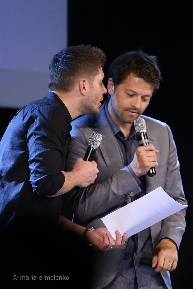 照著手中那個劇本一直想要親 Misha 的 Jensen(source: https://www.flickr.com/photos/on-your-eyelids/sets/72157644821730735/page2/)