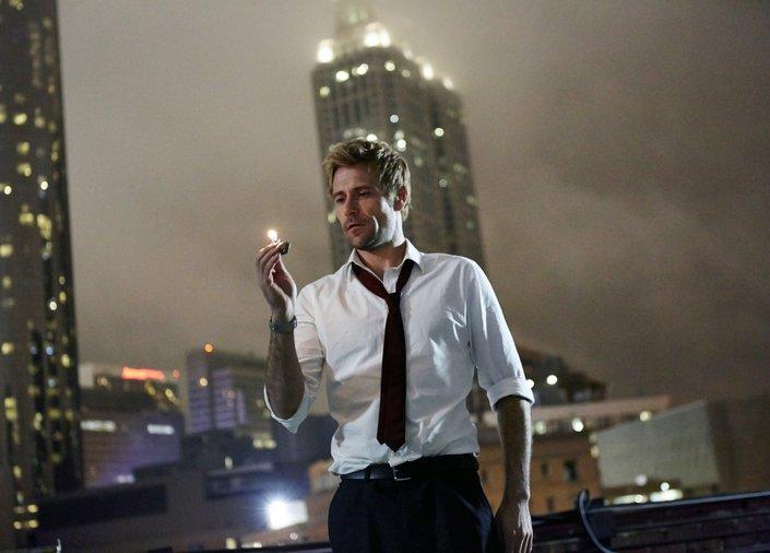 Constantine 很帥氣的白襯衫和隨性到要死的領帶