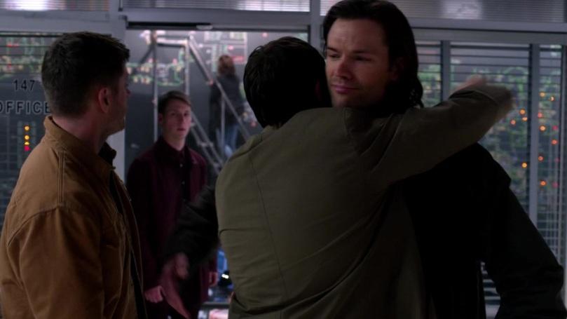 Dean 抱完之後第一件事情是回頭看一下站在門口的天使,小天使也嘴巴開開的看著他