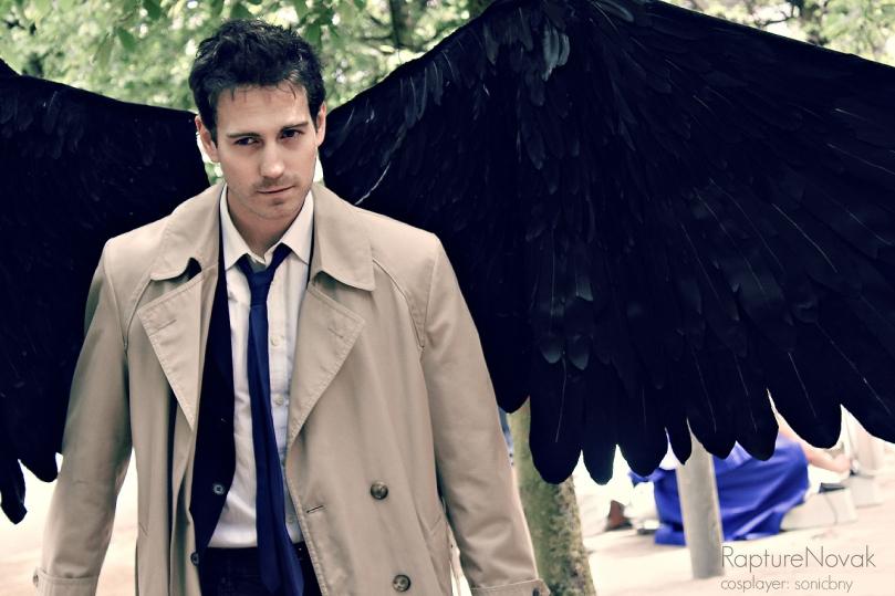 這張也拍得很好看,其實他拿掉翅膀也看得出是在扮 Castiel (source: http://rapturenovak.tumblr.com)