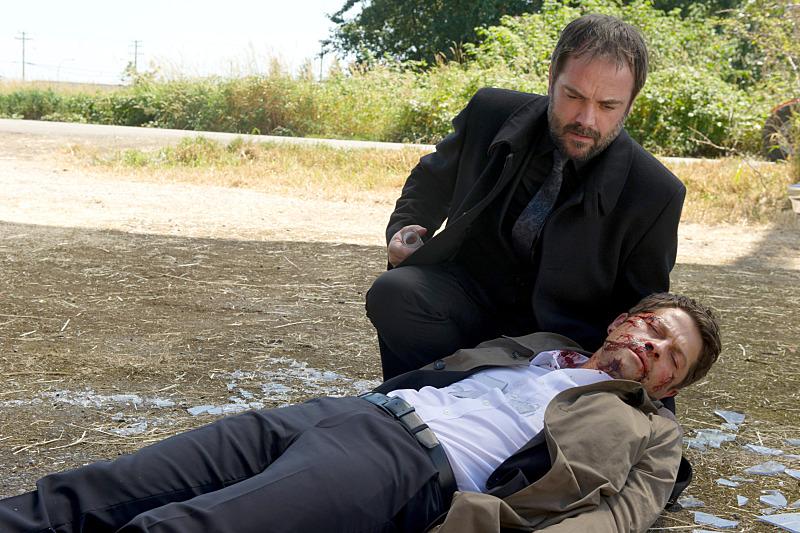 一身是傷被摔出外頭的 Castiel,這張其實還蠻好看的,我發現我完全不介意他躺在 Crowley 懷裡耶!