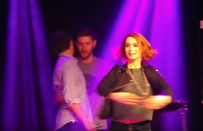 Felicia 在前面跳舞,這兩個在後面開心地講悄悄話,Jensen 我說你右手也太順手了吧?