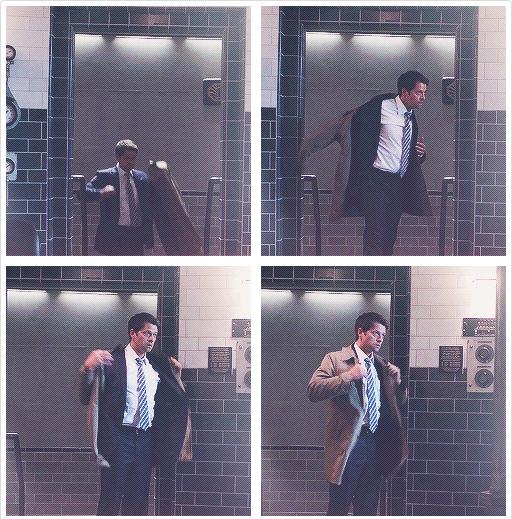 一面穿衣服還一面怕怕的看門口的 Castiel,可見之前已經發生過不只一次