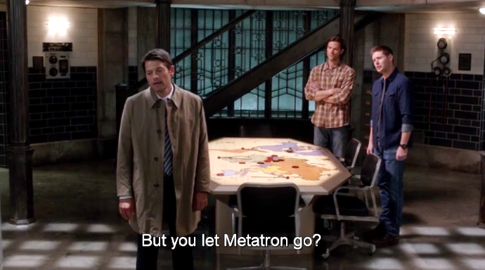 Dean 跟 Sam 回到家就在大廳堵 Castiel,等他一回來就質問他為什麼要放過 Metatron